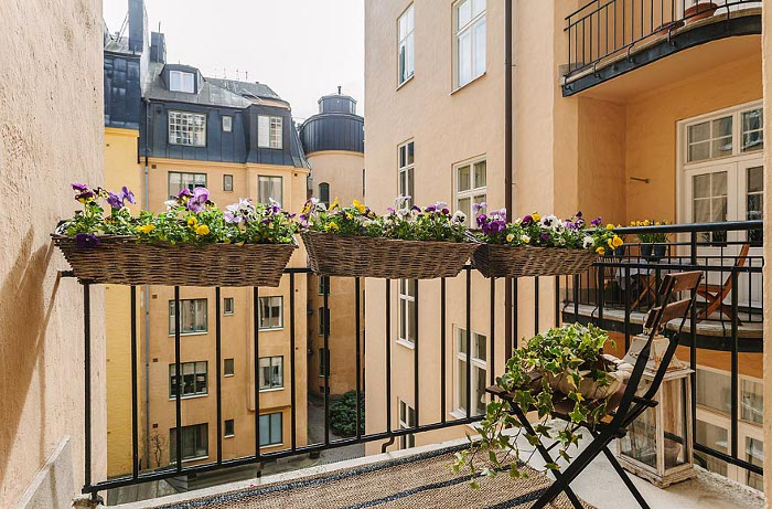 Dustjacket attic swedish apartment for Balcony flowers
