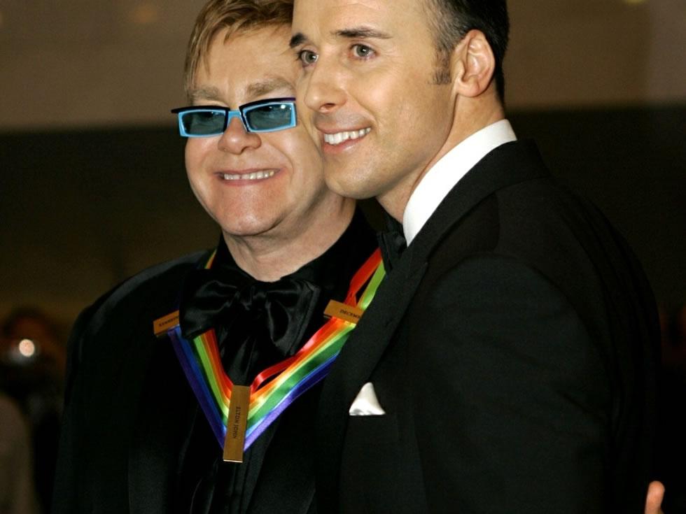 Elton John ao lado de seu companheiro, David Furnish (Foto: AP)