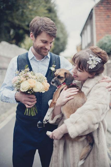 perro cargado por una mujer