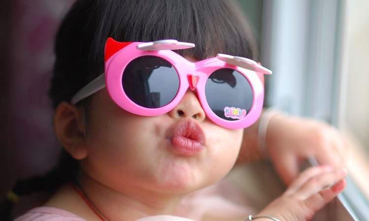 gambar ekspresi lucu anak kecil memakai kacamata keren