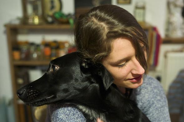 Fotografia di ragazza che abbraccia cane scattata con la Leica M
