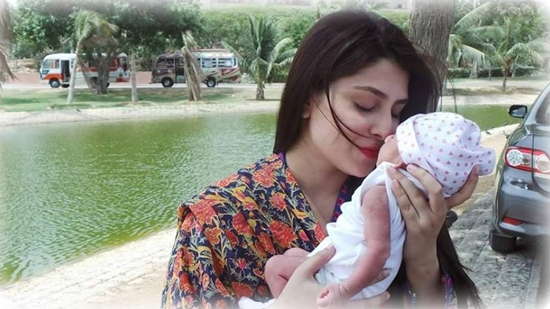 Ayeza Khan with her daughter