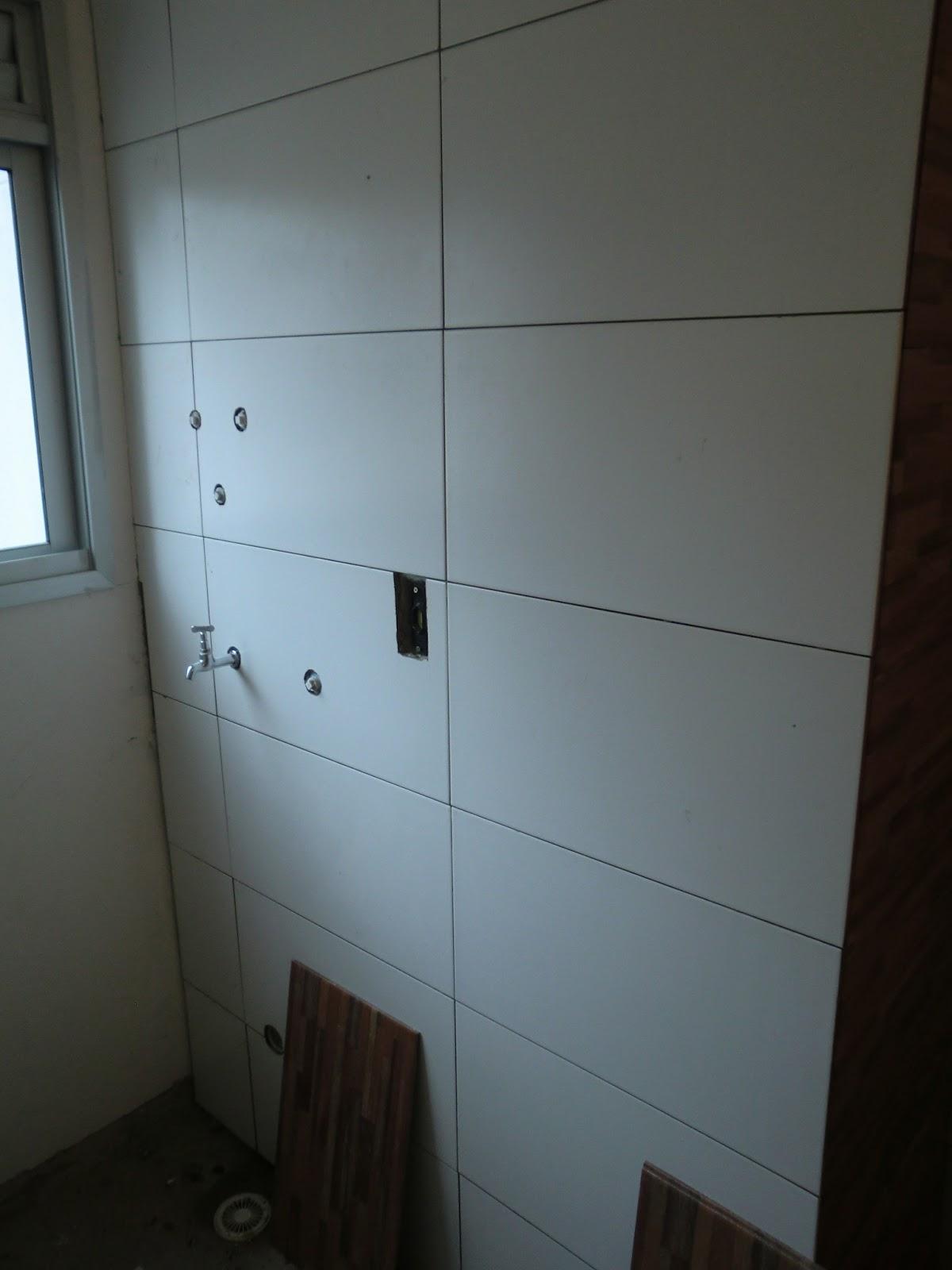 Os azulejos brancos retangulares (os mesmos do banheiro) ja foram  #337998 1200x1600 Azulejo Para Banheiro C&c