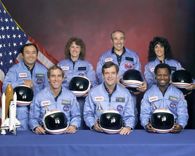 Phi hành đoàn của sứ mệnh STS 51-L. Hàng trên, từ trái qua phải : Ellison Onizuka, Christa McAuliffe, Gregory Jarvis, Judith Resnik. Hàng dưới, từ trái qua phải : Michael J. Smith, Dick Scobee, Ronald McNair.