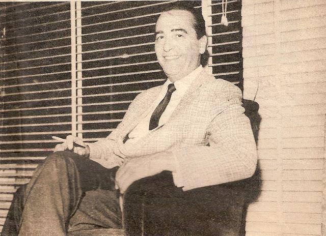 Hugo del Carril en un sillón sonriendo