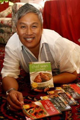 Gambar Chef Wan Dengan Koleksi Buku Masakan