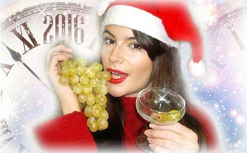 feliz año chica comiendo uvas guapa al instante