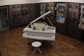 """Легендарный белый рояль в пространстве выставки """"Мастер и Маргарита"""""""