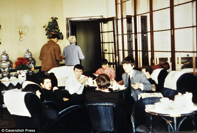 the beatles en el hotel, the beatles tomando té