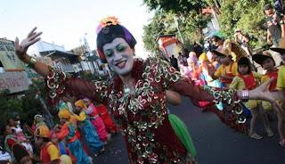Seniman Didik Nini Thowok menari di Jalan Malioboro
