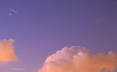 מעבורת החלל מקדימה את תחנת החלל אך במקצת במעופן בשמים. ככה זה נראה מכדור הארץ