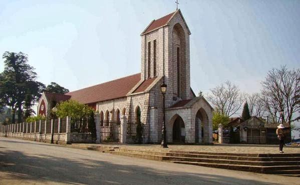 toàn cảnh nhà thờ đá
