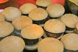 Roban 60 hamburguesas de un restaurante totalmente desnudos