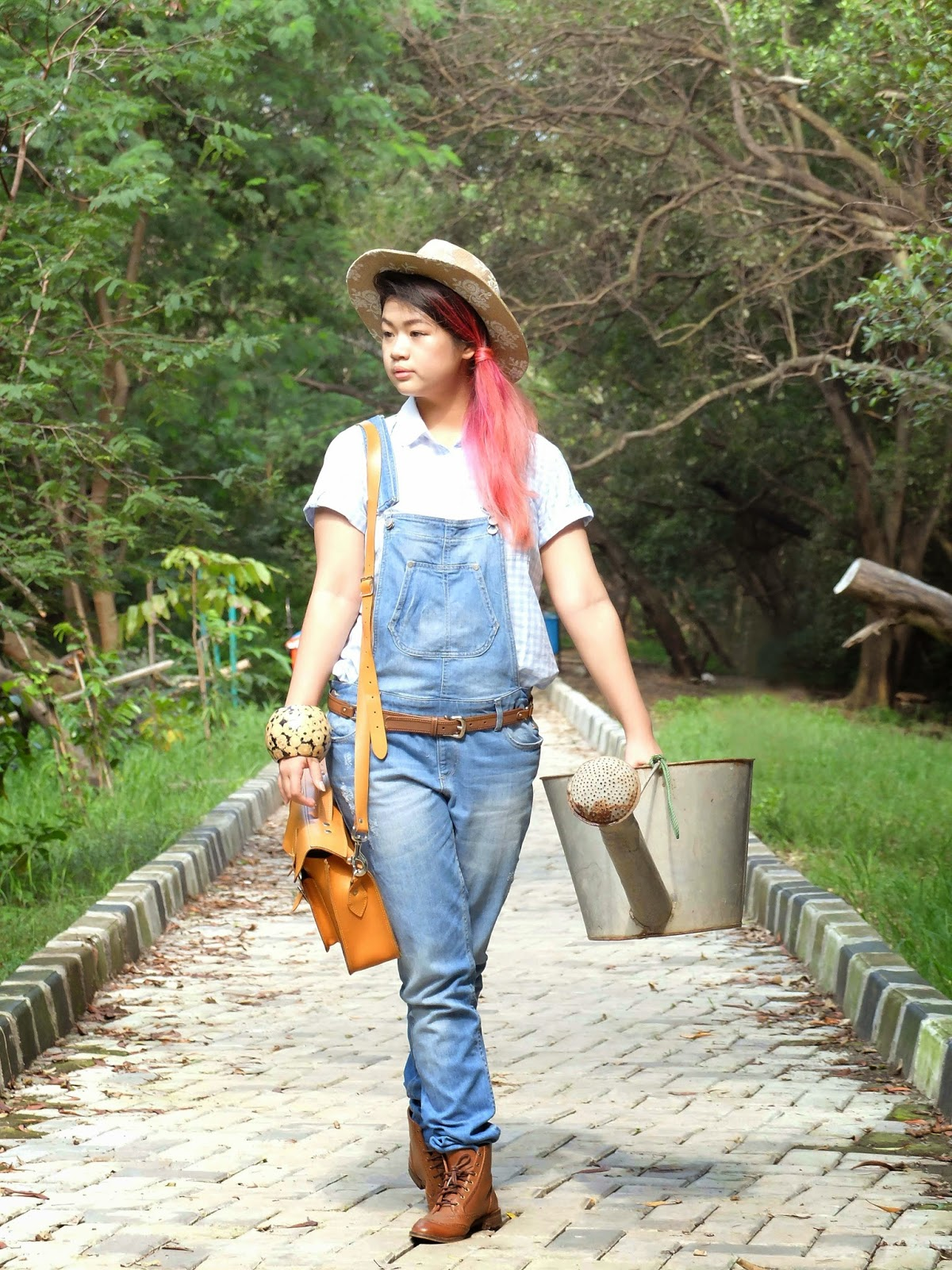 pink hair, side pony tail, stradivarius overall, stradivarius cowboy boots