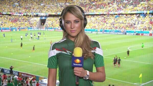 Présentatrice brésilienne avec des jolis yeux bleux pour le match brésil mexique