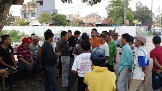 warga kedurus protes pengukuran tanah BTKD