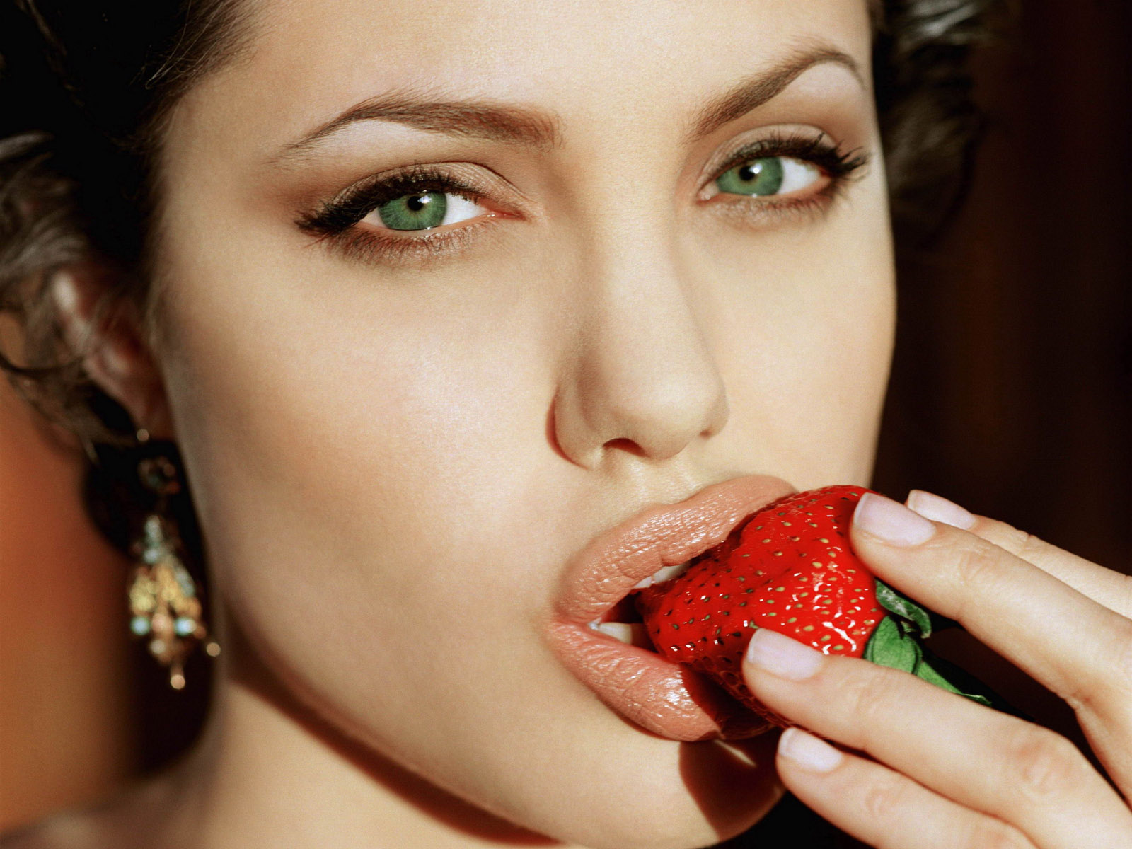 http://4.bp.blogspot.com/-saEu24he3fE/ToCk_CycL8I/AAAAAAAAClI/WAkJKrqIQ7c/s1600/Angelina-Jolie-Tasting-Fresh-Strawberry.jpg