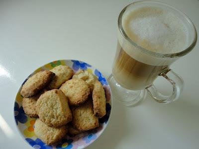 Migdałowe ciasteczka i kawa z migdałowym mleczkiem