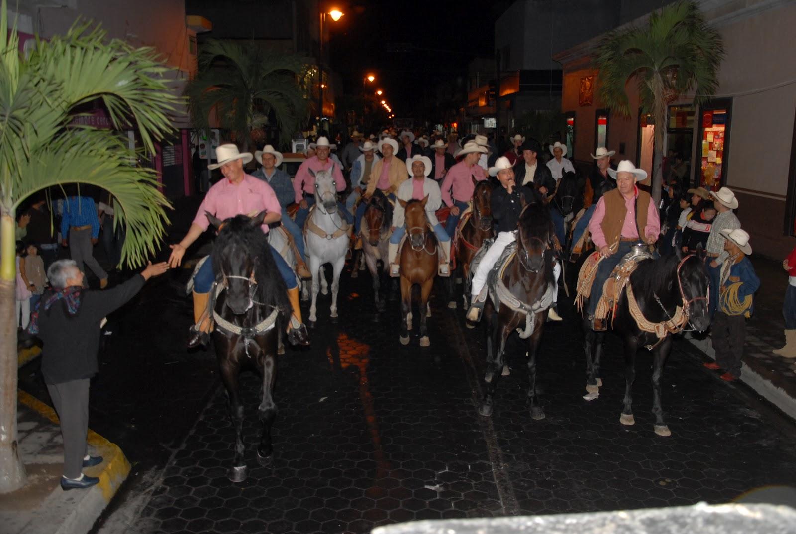 Gobcol encabeza mam cabalgata nocturna for Jardin de la villa colima