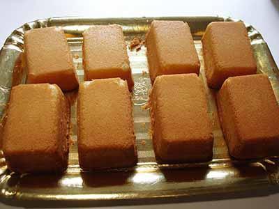 Kinder Paradiso: capovolgere la torta su un vassoio e lasciare raffreddare