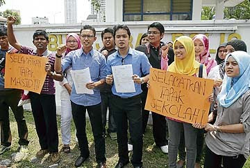 WAKIL pelajar IPTA membawa sepanduk menentang penjualan tapak masjid dan sekolah oleh kerajaan DAP Pulau Pinang selepas membuat laporan di Balai Polis Jalan Patani, di Georgetown, semalam.