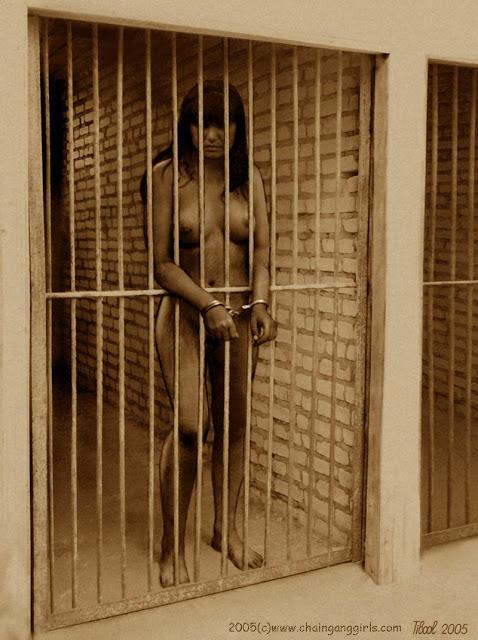 Prisonnière de guerre humiliée nue en cellule