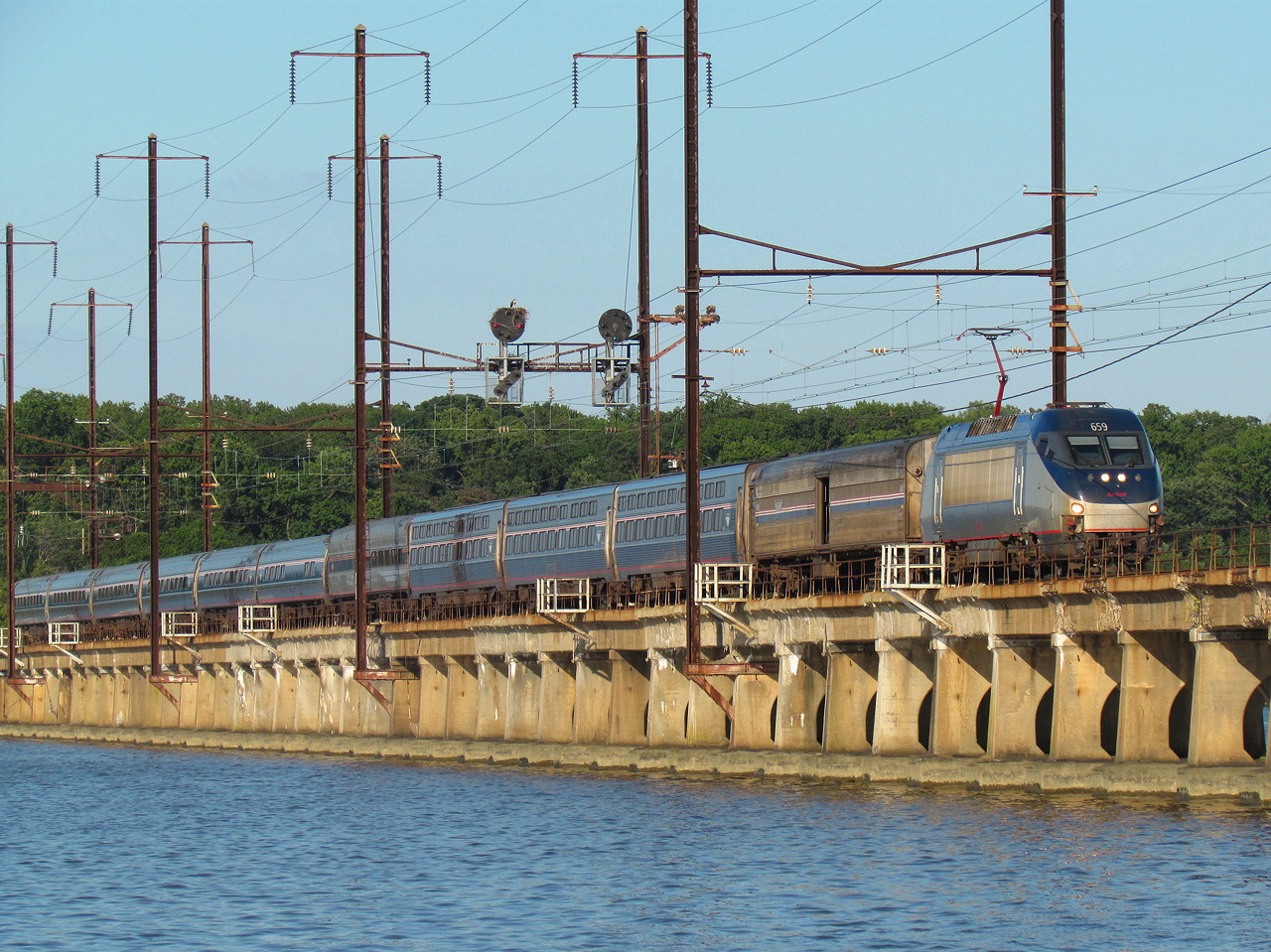 https://www.acm.jhu.edu//~sthurmovik/Railpics/13-08-24_MIDWAY/Amt_695-Bush-River-lg.jpg