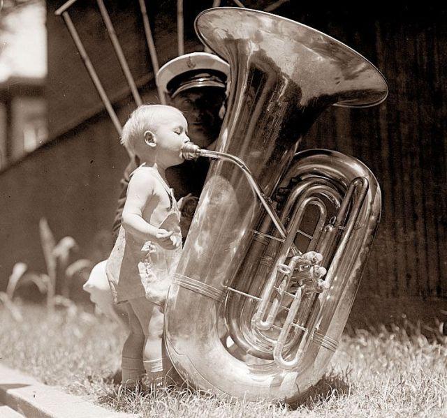 Menina tocando tuba