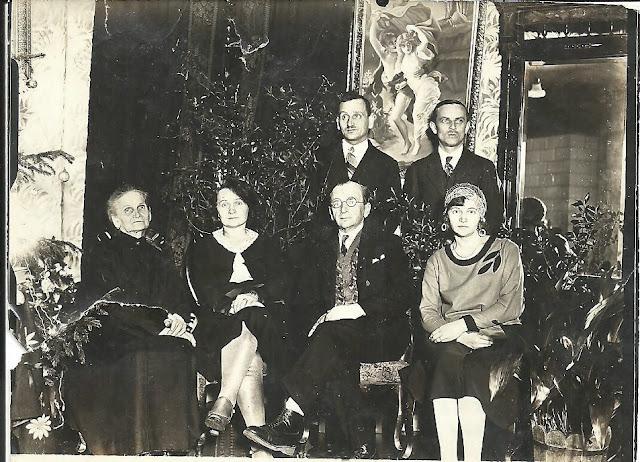 Końskie, Boże Narodzenie 1931 u Kaplów. Od lewej siedzą: Lucyna Kapel i jej dzieci, Regina Muszyńska, Antoni i Helena Kapel; stoją Kazimierz Kapel i Jan Muszyński. Fot. z kolekcji rodzinnej Edwarda Tylmana.
