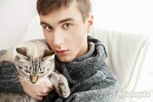 Dlaczego kot ugniata nasze kolana łapkami?