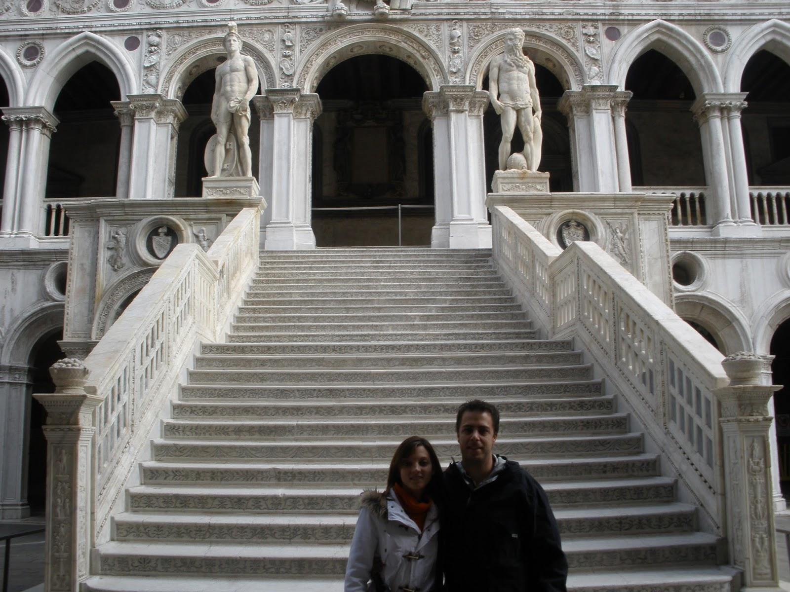 La Escalera de los Gigantes, se encuentra en el patio del Palacio Ducal