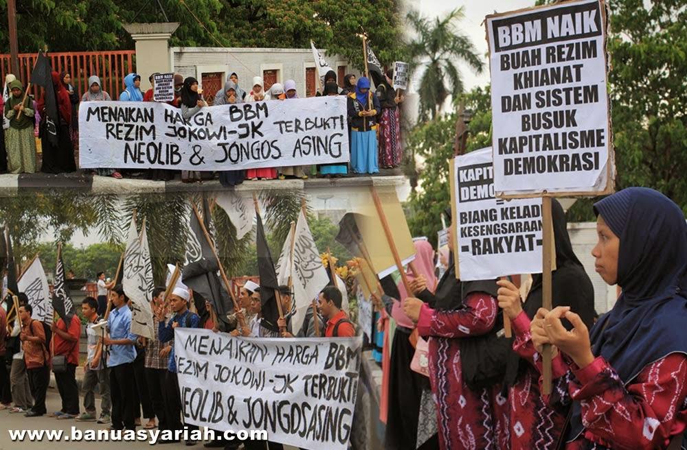 Hizbut Tahrir Indonesia (HTI) Kalsel kembali turun ke jalan untuk menolak kenaikan harga BBM yang baru saja diumumkan oleh pemerintah Jokowi-JK. Ratusan massa mereka menggelar unjuk rasa di depan Mesjid Raya Sabilal Muhtadin Banjarmasin, Selasa pukul 16.30 wita (18/11/2014).