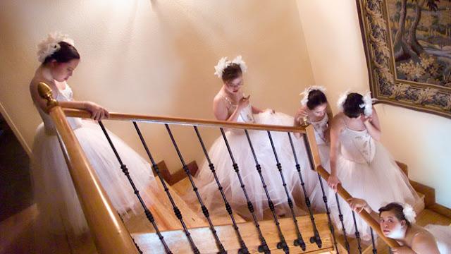 Cuadro de Ouka Leele en el que unas bailarinas con Sindrome de Down bajan por unas escaleras de una casa.