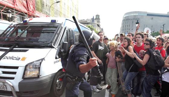 Barcelona: Los 'indignados' recuperan la plaza de Catalunya tras la retirada de la policia