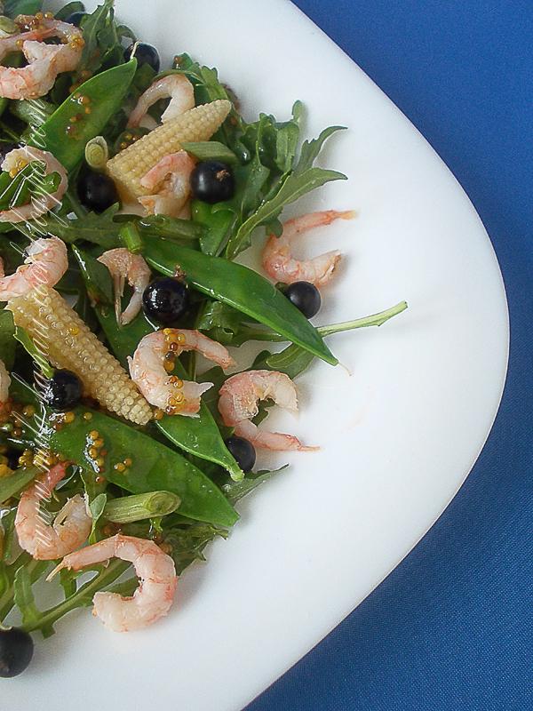 Салат с рукколой, стручками горошка, початками кукурузы, креветками и смородиной