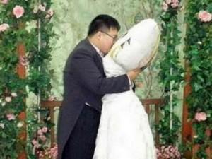 شاب ياباني يعقد قرانه رسمياً على «مخدة» ..!!
