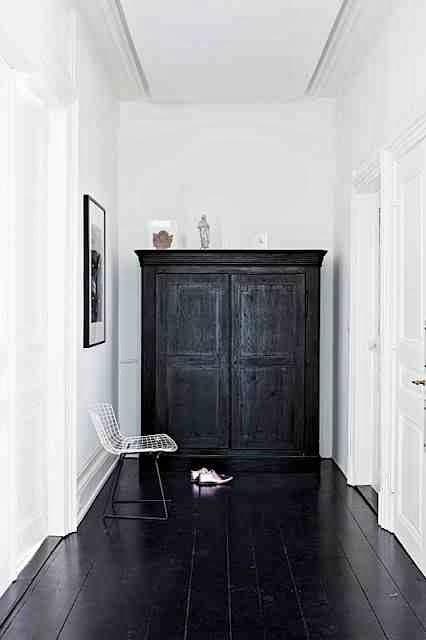 Czarna podłoga skandynawski styl, wire chair, białe wnętrze