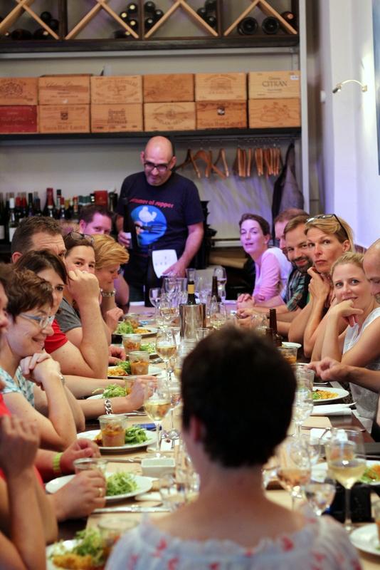 Menschen am Tisch beim summer of supper, Marieneck in Köln | Arthurs Tochter Kocht by Astrid Paul
