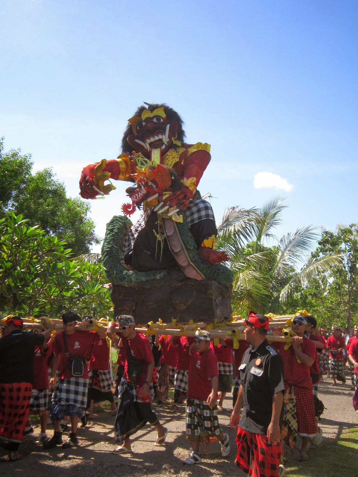 Perayaan pengrupukan Nyepi luar Bali