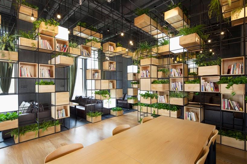 Cafetería Decorada con Modulos de Acero Reciclado