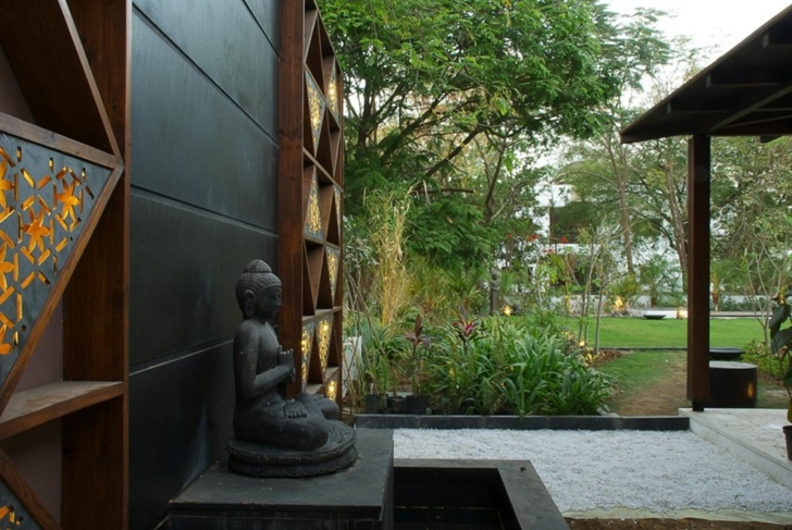 Statue of budha in Courtyard Home by Hiren Patel Architects