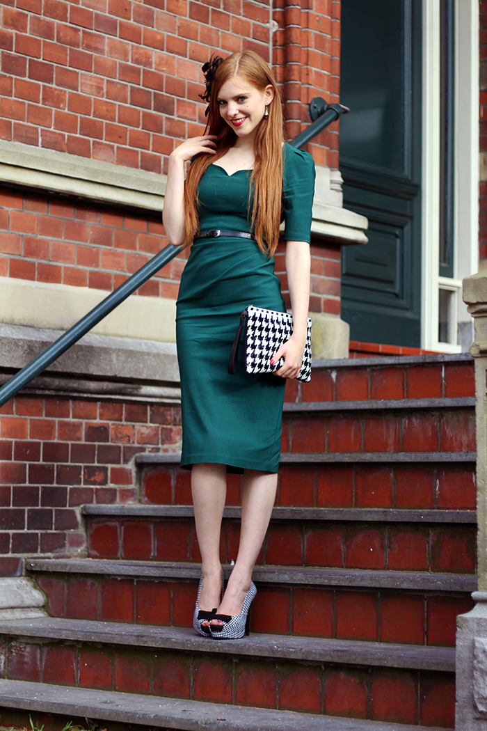 Vintage fashion blogger retro 50s outfit emerald dress hair accessory houndstooth clutch heels topvintage