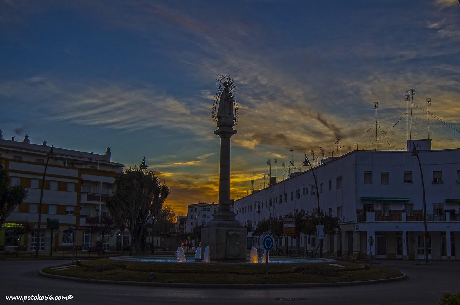 plaza del triunfo en Rota en la despedida del sol esta tarde