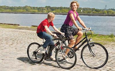 El niño anda en la bicicleta.