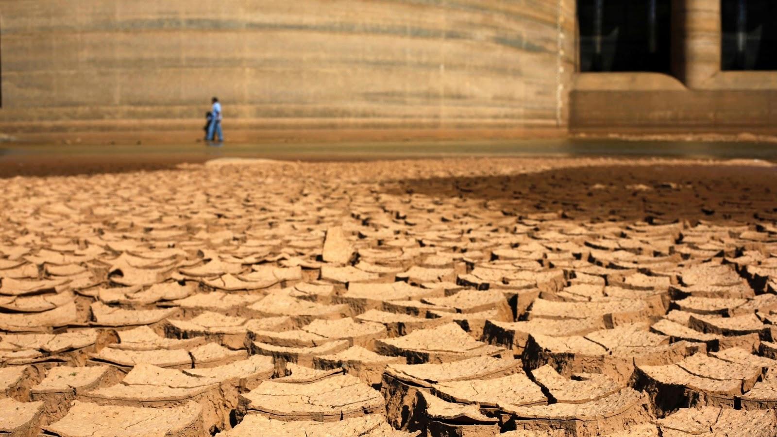 http://4.bp.blogspot.com/-shqQddqnuFI/UzQ5EDedZbI/AAAAAAAAZA0/XzwRHuntoJU/s1600/30jan2014---represa-jaguari-que-integra-o-sistema-da-cantareira-da-sabesp-companhia-de-saneamento-basico-do-estado-de-sao-paulo-fica-com-solo-seco-e-rachado-devido-a-falta-de-chuvas-no-estado-1391556572186_1920x1.jpg