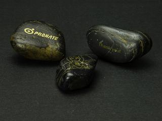 黒光りする石に「助太力プリント」で印刷した写真