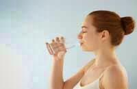 tomar agua higiene bucal