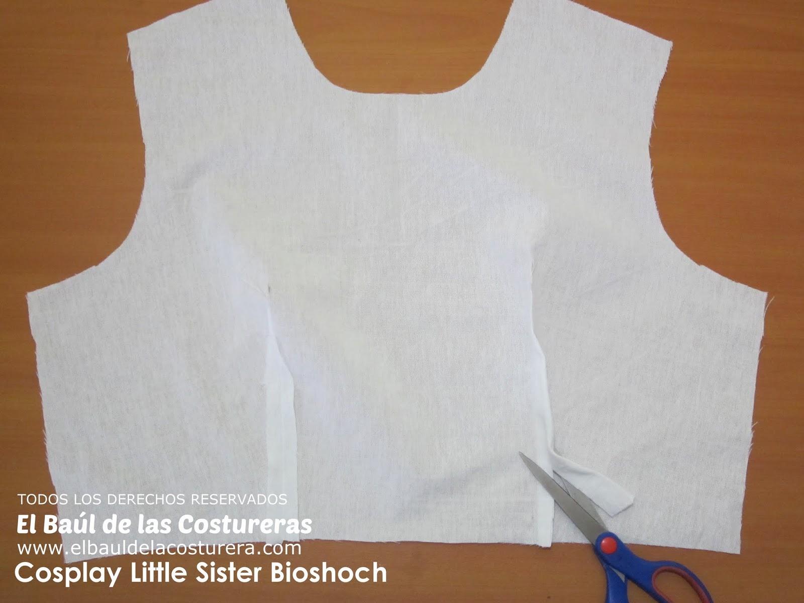 Cierre las pinzas de espalda y delantero, recorte el escedente de tela si es necesario y planche hacia el centro.