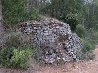 El mur del cantó nord de la barraca de vinya del Coll d'Orpí