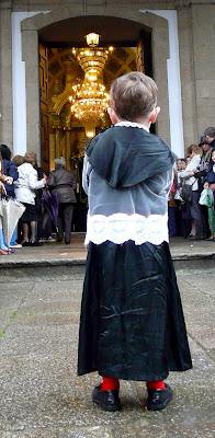 Niño vestido de monaguillo del Santo Entierro de la Semana Santa Ferrolana. Ferrol 2011
